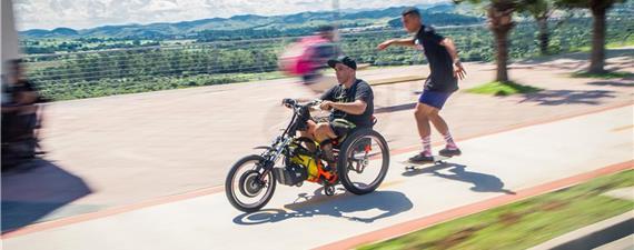 É uma bike, uma moto, uma cadeira de rodas?