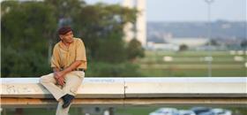 Pesquisa mostra que 43% dos idosos no Brasil temem cair na calçada