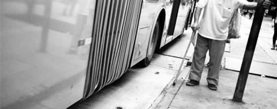 Em SP, 97,8% dos idosos não conseguem atravessar as ruas no tempo dos semáforos