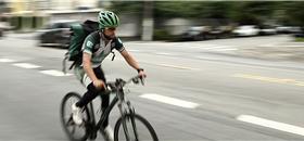 Trabalho com bicicleta dá nova vida a refugiado venezuelano