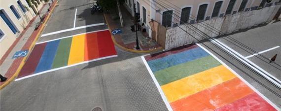 Faixas de pedestres em Sobral (CE) são pintadas nas cores do arco-íris