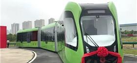 Na China, trem sem condutor circula por ruas em vez de trilhos