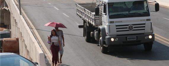 Obras em Goiânia priorizam carro e esquecem pedestre, diz arquiteto