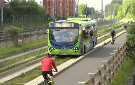 Ônibus guiado por trilhos de concreto: um BRT híb