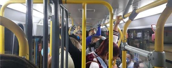 Lotados, ônibus na Grande BH expõem usuários a riscos