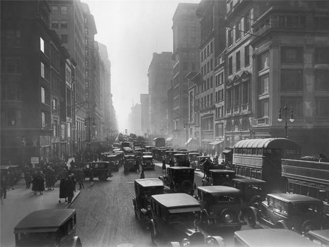 Automóveis dominando as ruas da cidade