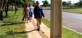 Calçada reformada em Palmas (TO) tem postes sobre o piso tátil
