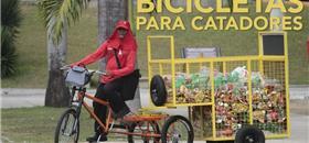 Catadores de Alagoas ganham bike de carga e 'aposentam' cavalos