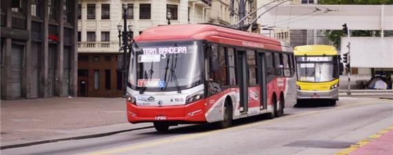 Lei que adia redução de poluentes em ônibus de SP é sancionada pelo prefeito João Doria