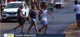 Pedestres se arriscam ao atravessar ruas sem sinalização em Palmas