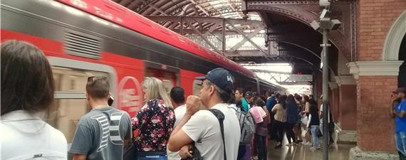 Cai o uso do ônibus em SP. Metrô, trens e apps crescem