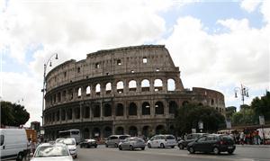 A avenida Fori Imperiali tomada por carros, quando