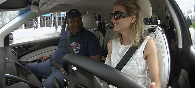 A modelo Debbie, que guia táxi mesmo não tendo um