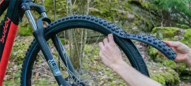 Abra o zíper, e troque o pneu da bike com facilida