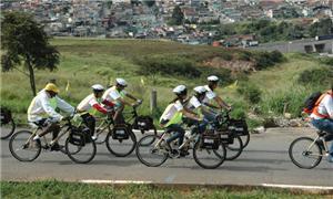 Alunos seguem em grupo nas bicicletas de bambu