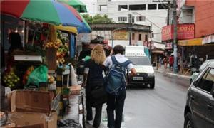 Ambulantes ocupam calçadas