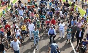 André e Nelsinho pedalam junto com a população