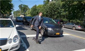 Andrei Hippix a caminho do trabalho em seu skate