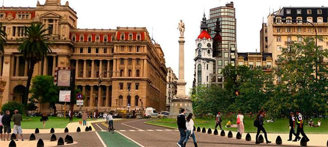 Área de pedestres e ciclistas diante do Palácio Tr