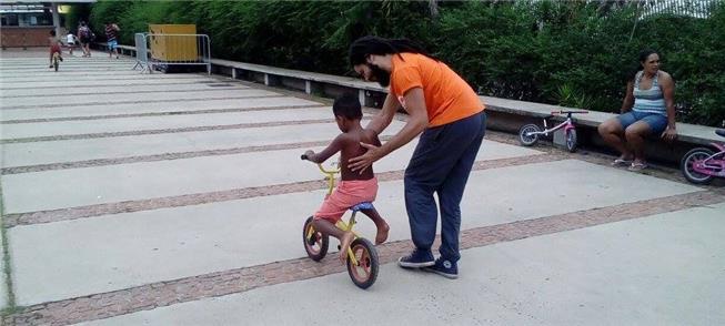 Atividades com bicicleta agitam o Dia da Criança e