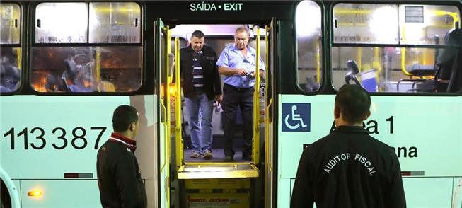 Auditores fiscalizam acessibilidade de ônibus em B