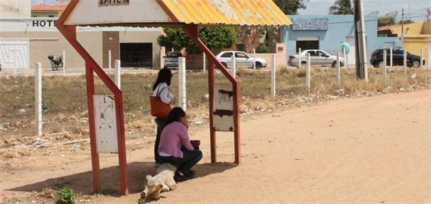 Banco improvisado em ponto de ônibus