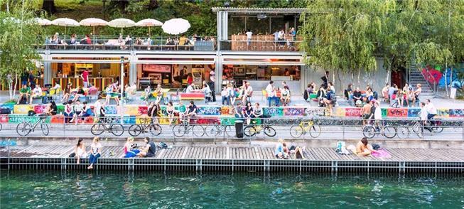 Banhistas desfrutam o verão em lagos no centro da