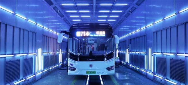 Banho de luz UV-C em ônibus: desinfecção em poucos