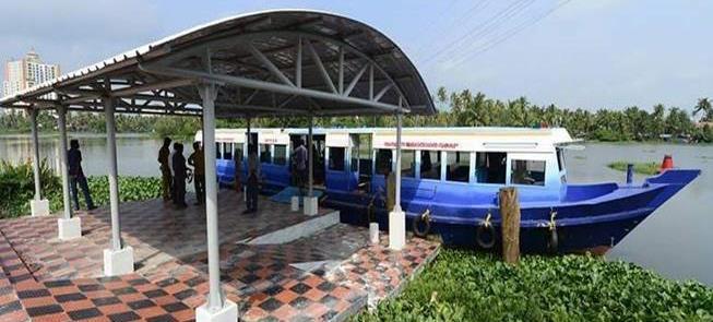 Barco de passageiros na região de Kochi, Índia