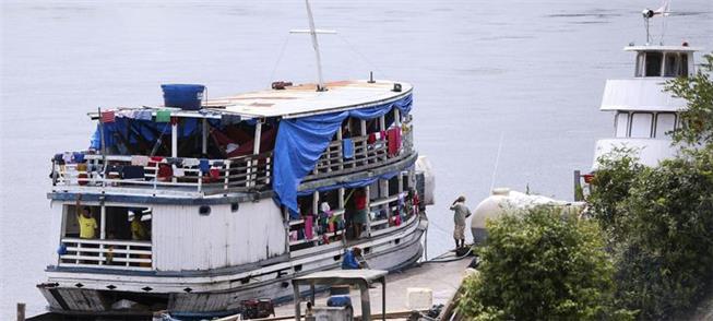 Barco faz transporte de população indígena no Alto