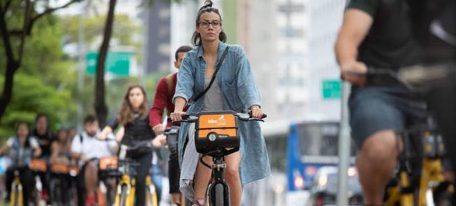 Bicicleta compartilhadas em avenida paulistana