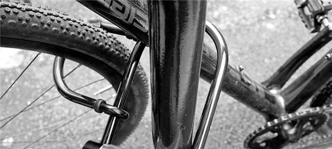 Bicicleta presa com uma tranca u-lock