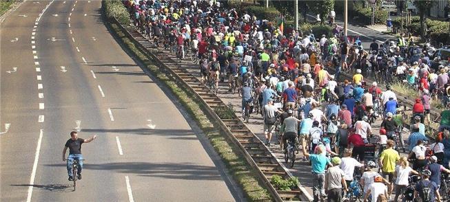 Bicicletada contra os veículos a combustão fecha r