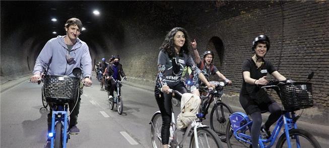 Bicicletada cruza o antigo túnel ferroviário em Ro