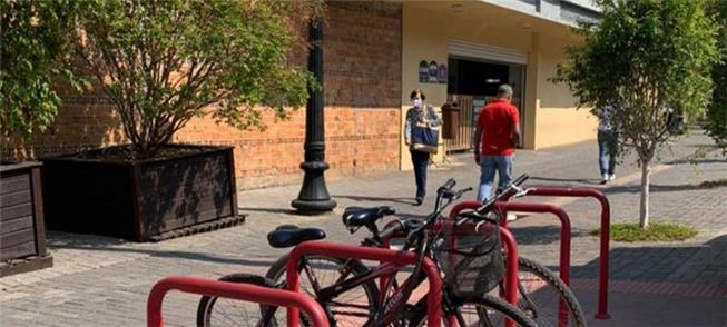 Bicicletário à disposição, e mudinhas para os cicl