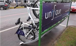 Bicicletário oferece cinco bicicletas e dez vagas