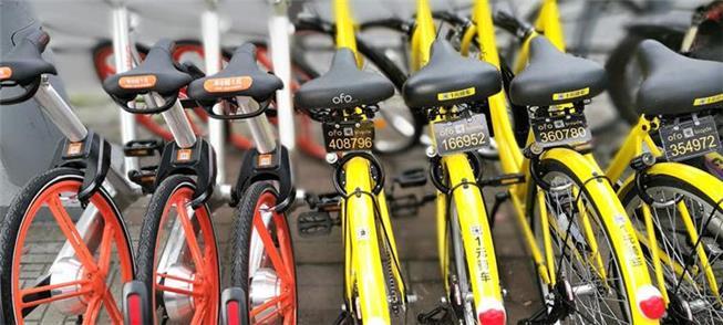 Bicicletas  Ofo e Mobike em calçada de cidade chin