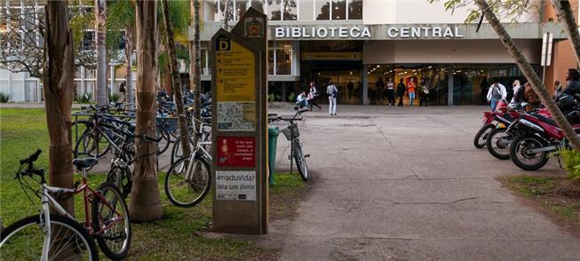 Bicicletas estacionadas em frente à biblioteca da