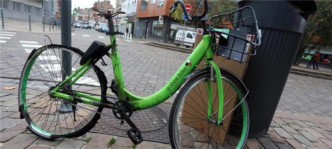 Bike destruída abandonada em uma rua de Lille, na