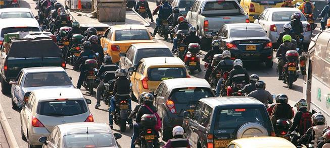 Bogotá: motocicletas trafegam por corredor entre c