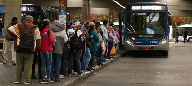 Brasileiro desembolsa R$ 679,76 por mês para se lo