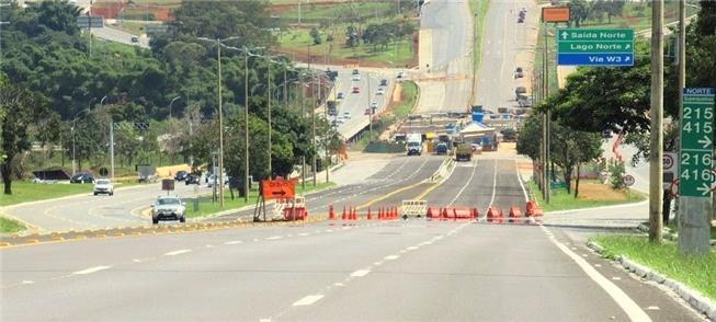 Brasília, abril de 2020: Eixão fechado, com tráfeg