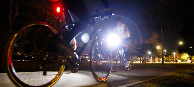 Brasília: ciclistas se arriscam na escuridão
