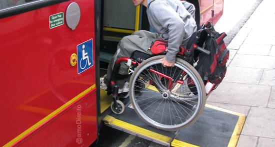 Cadeirante embarca em ônibus adaptado em São Paulo