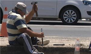 Cadeirante faz ele mesmo rampa em calçada de Campi