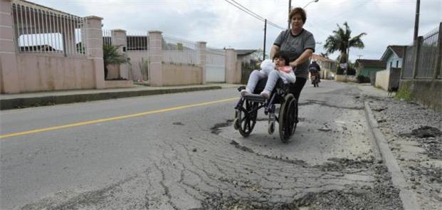 Cadeirante utiliza a rua por falta de calçadas ade