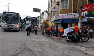 Cadeirantes bloqueiam rua em Maceió e cobram acess