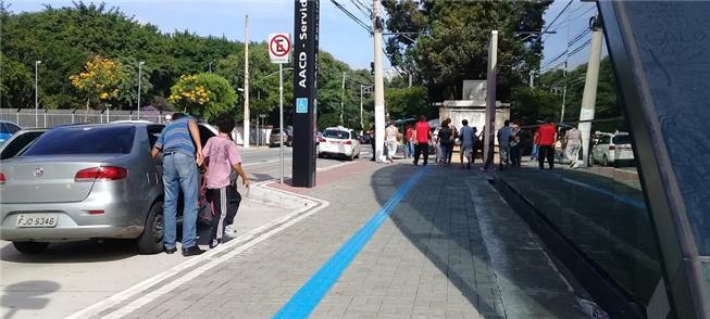 Calçada acessível em frente à estação de metrô em