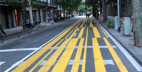 Calçada ampliada em Barcelona: prioridade ao pedes