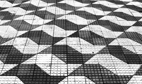 Calçada com padrão desenhado por Mirthes Bernardes
